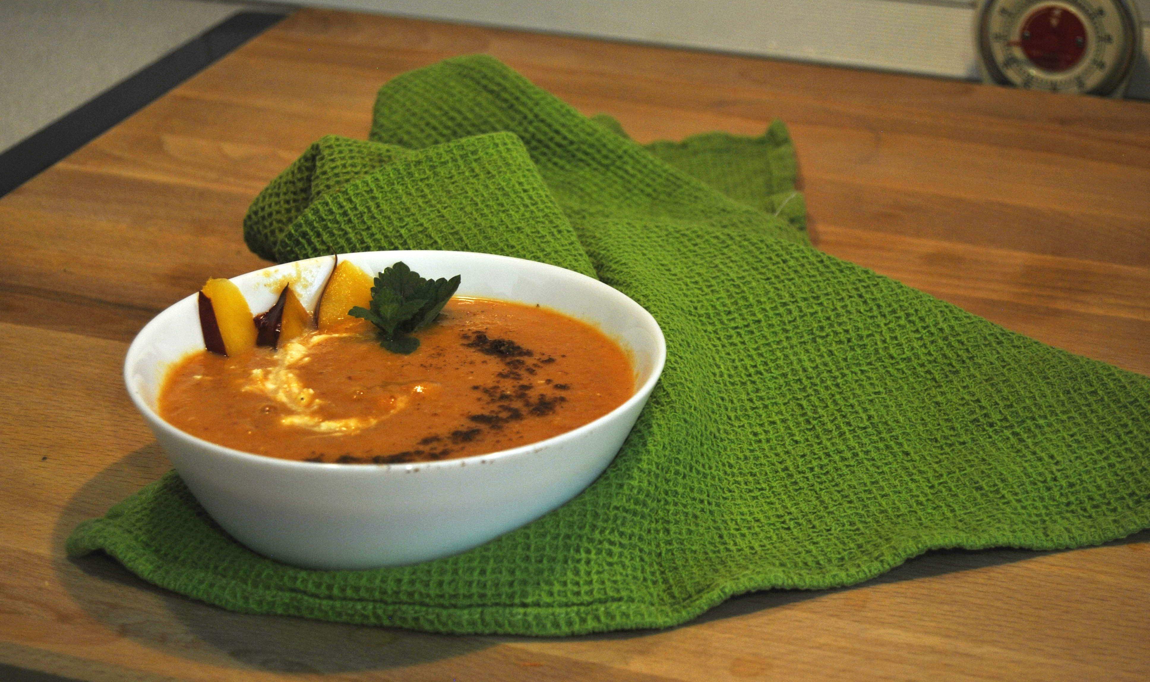 Студена супа от моркови, праскови с кардамон и канела