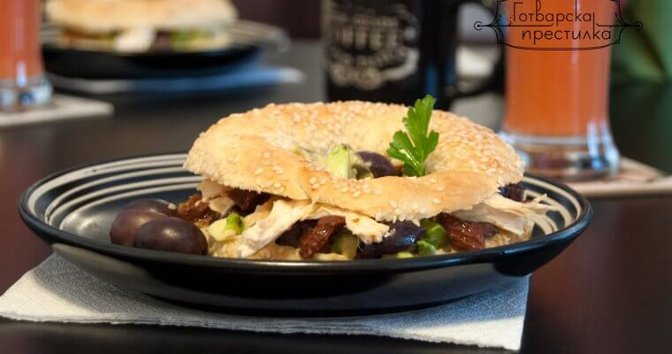Бийгъл сандвич с пиле и авокадо