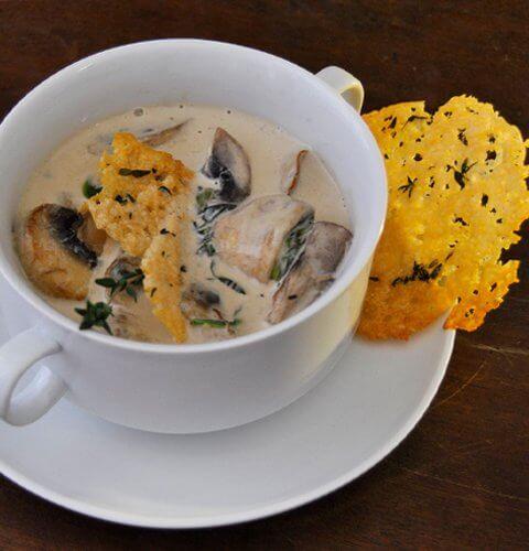 супа от гъби и спанак с чипс от пармезан