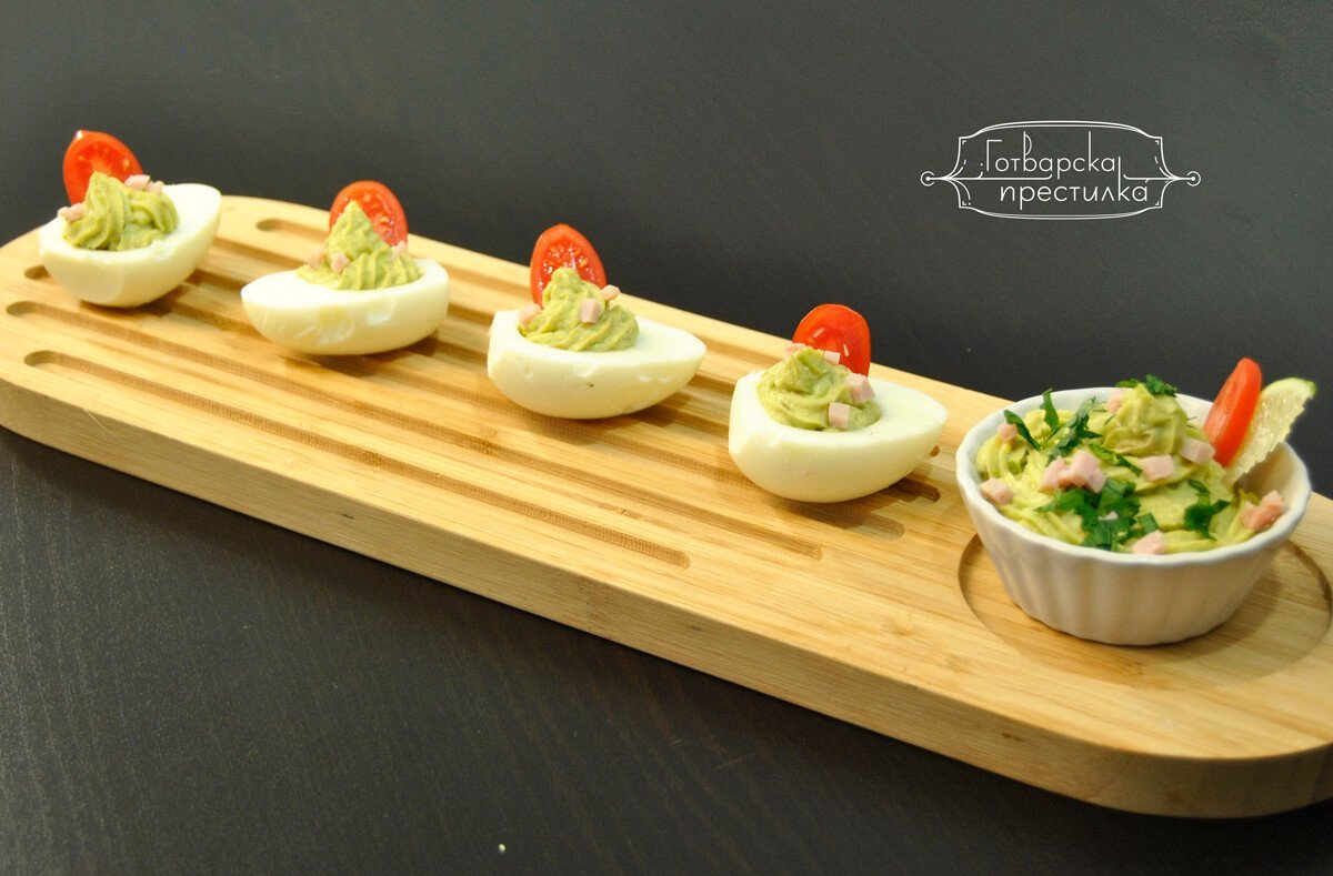 Яйца с дип от авокадо