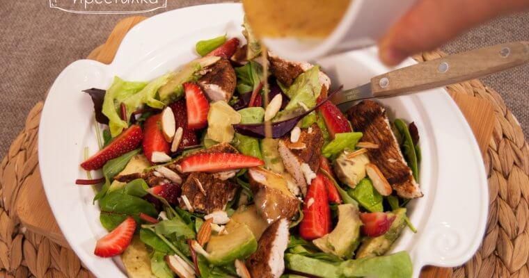 Зелена салата с пикантно пуешко, авокадо и ягоди