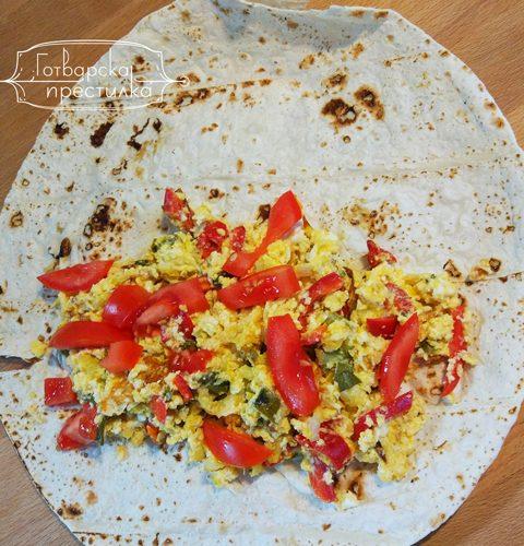 бъркани яйца с киселец в питка лаваш