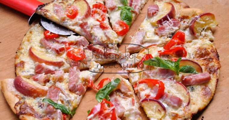 Бяла пица с праскови и бекон