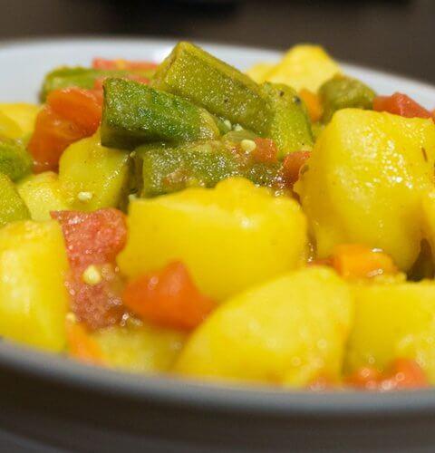 ало бхиди - индийско ястие с бамя и картофи