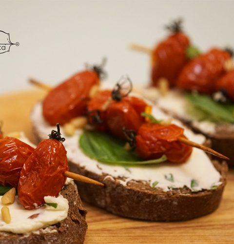 ръжени филийки с печени чери домати и крема сирене