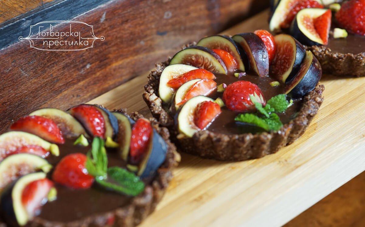 Безглутенови, шоколадови тарталети със свежи смокини и ягоди