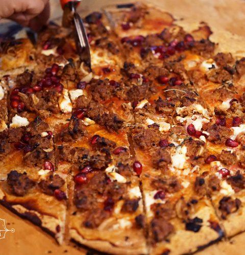 пита с мляно месо по турски, поръсена с нар