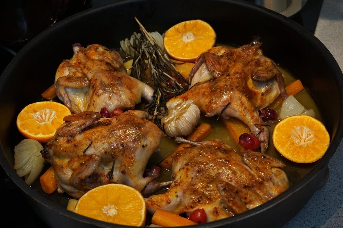 Пъдпъдъци на фурна с портокалово-боровинков сос
