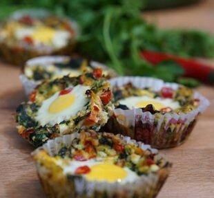 зеленчукови гнезда с пъдпъдъчи яйца и коприва