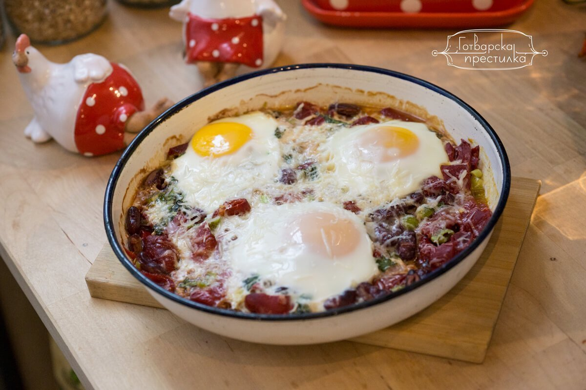 горен ракурс на снимка за бобено чили с печено яйца