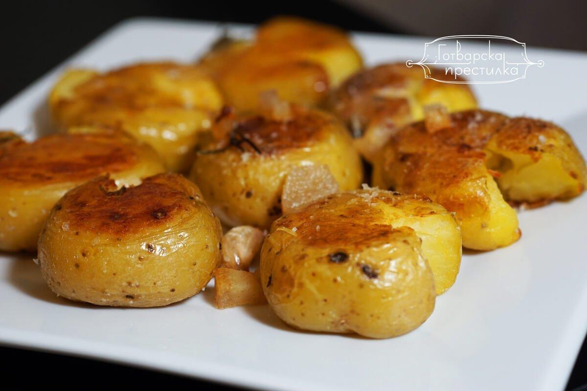 Безотказна рецепта за хрупкави мачкани картофи на фурна