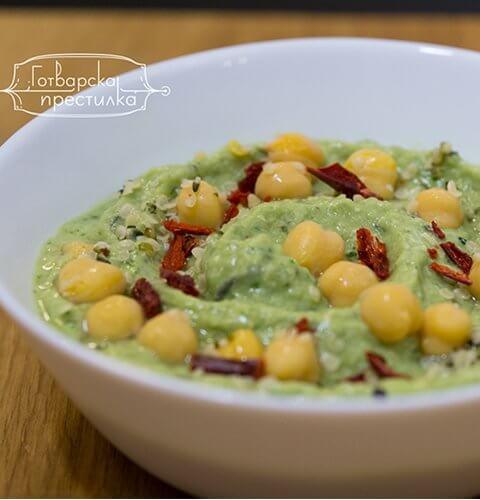 хумус с авокадо и пресен спанак