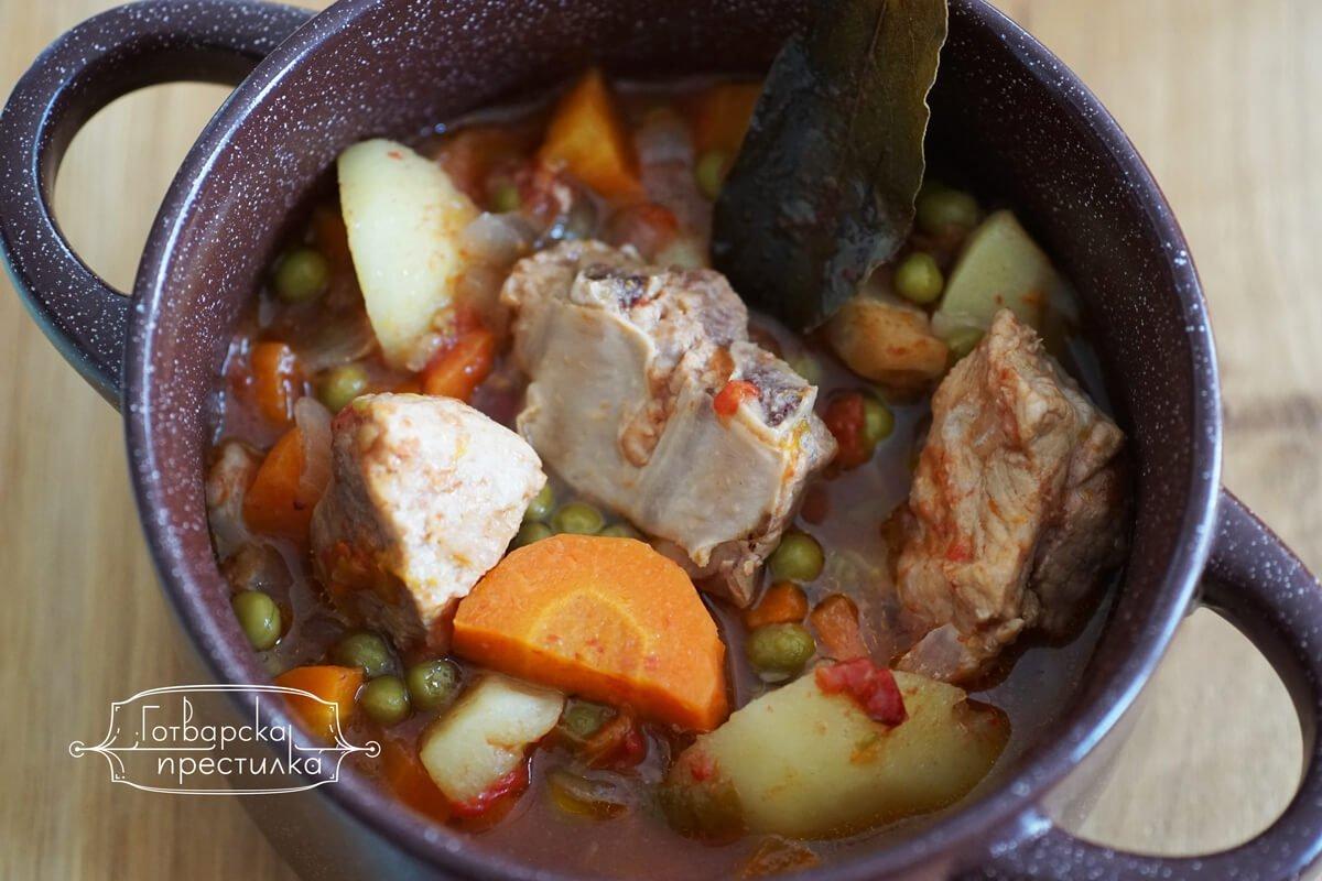 Лесен гювеч със свинско и зеленчуци
