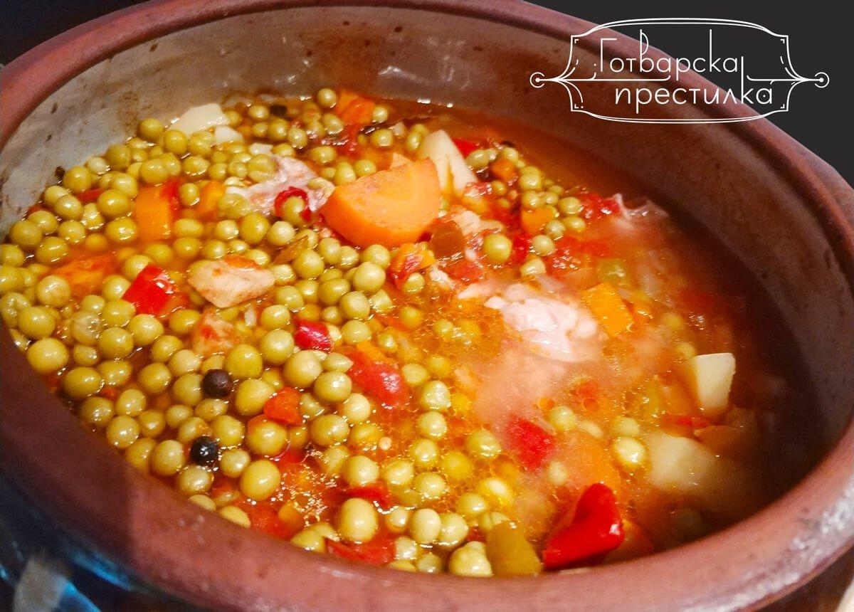 Гювеч със свински гърди и зеленчуци