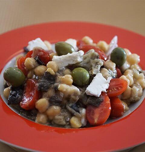 салата с нахут, патладжан и чери домати