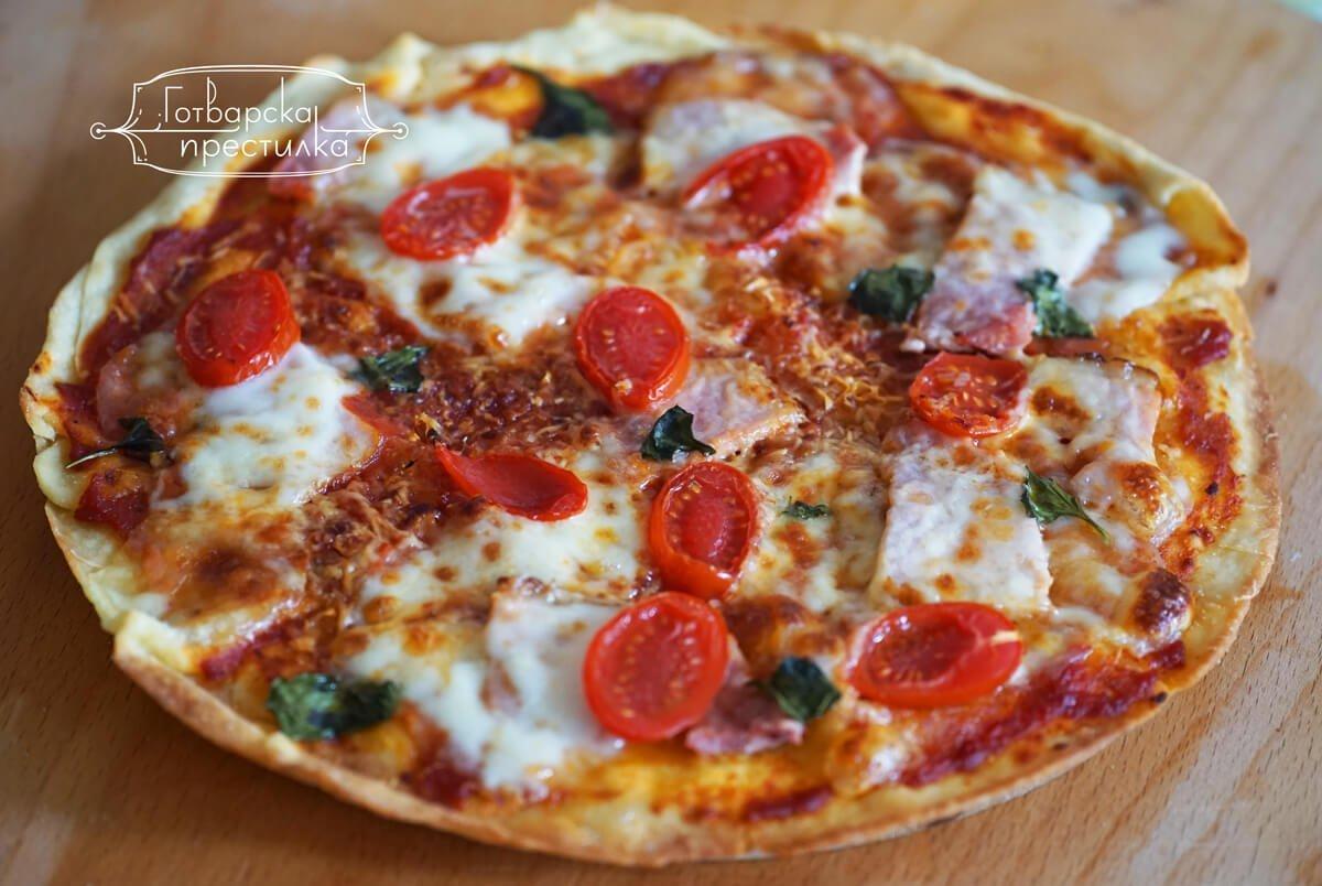 Тънка пица с жарено филе и моцарела, с пресни чери домати