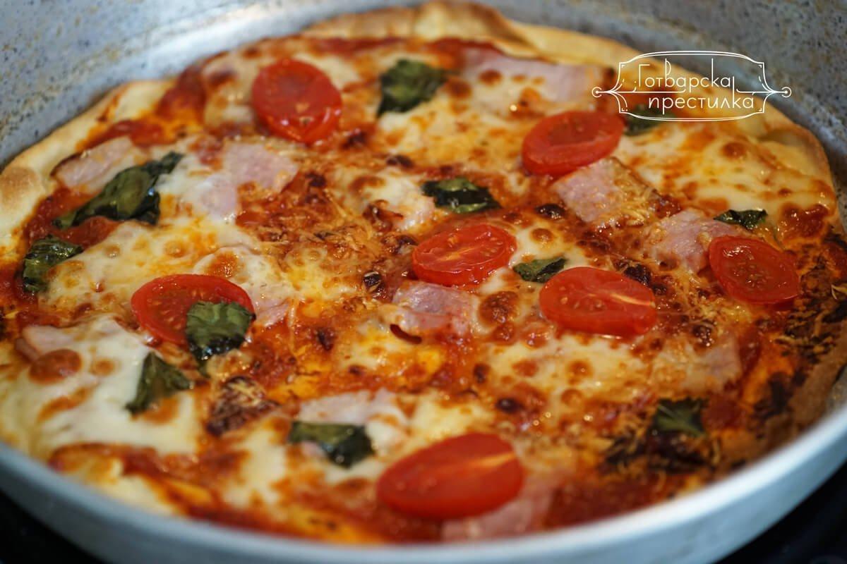 хрупкава тънка пица с жарено филе, моцарела и пресни чери домати