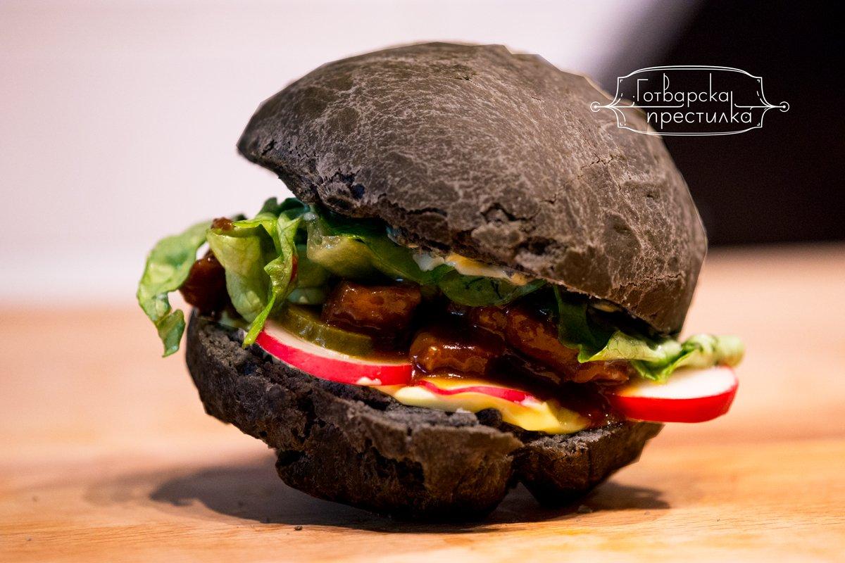 Бургер със свинско и питка с активен въглен.