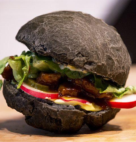 бургер със свинско с азиатски стил и черна питка