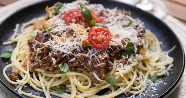 Бързи спагети с мляно телешко и червено вино