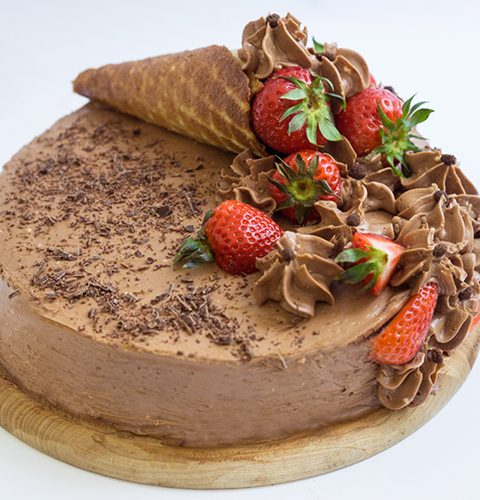 шоколадова торта с дулсе де лече и ягоди