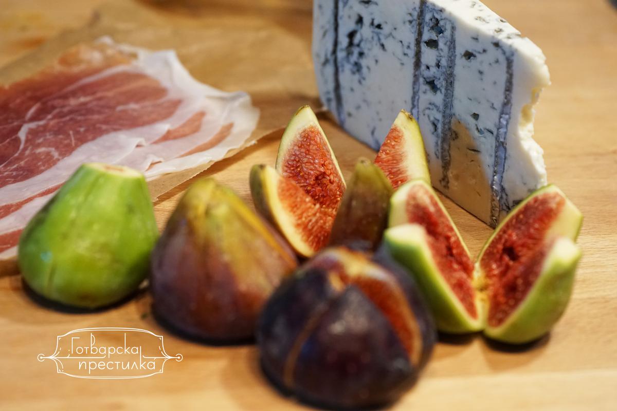 продукти за запечени смокини със сирене и прошуто