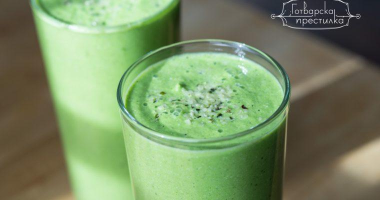 Освежаващо зелено смути с целина и спанак