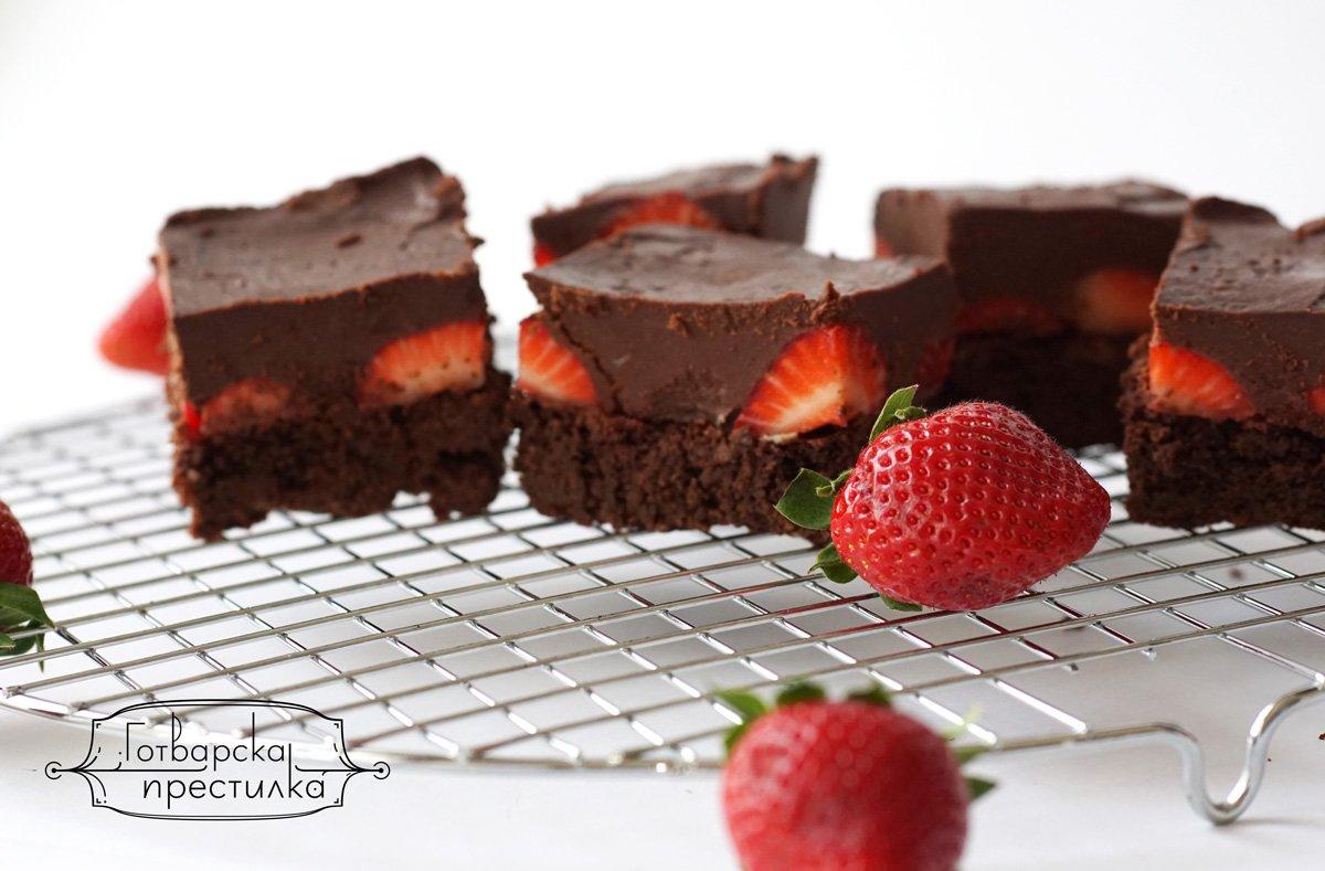 брауни с ягоди и шоколадов топинг