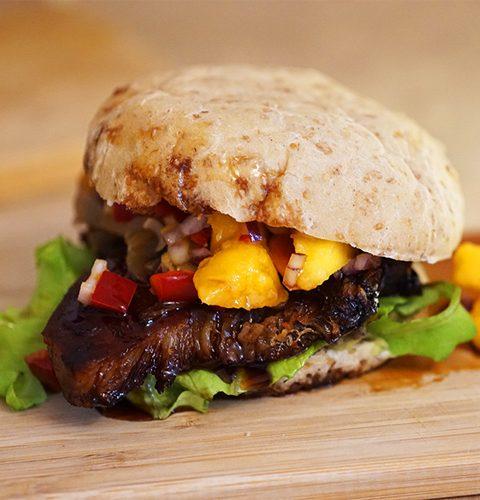 сандвич бургер със свинско и манго салса