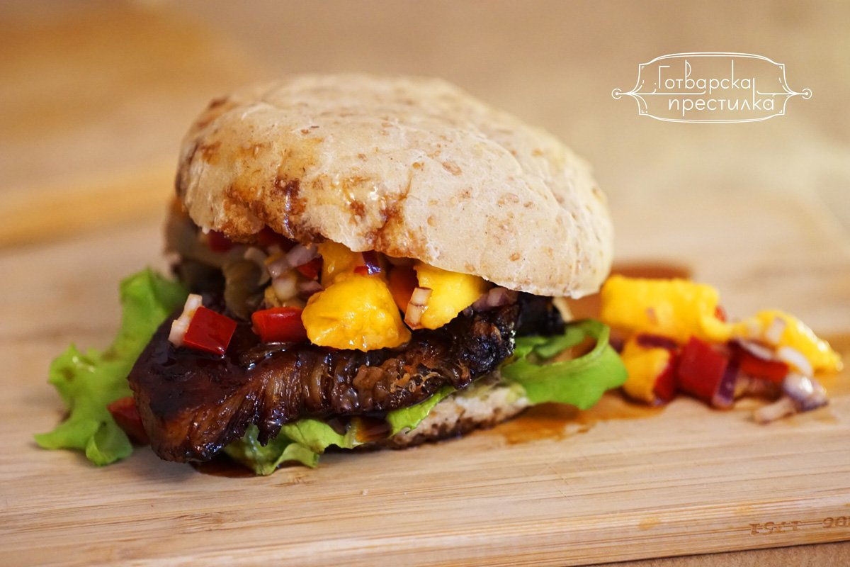 Бургер сандвич със свинско терияки и манго салса