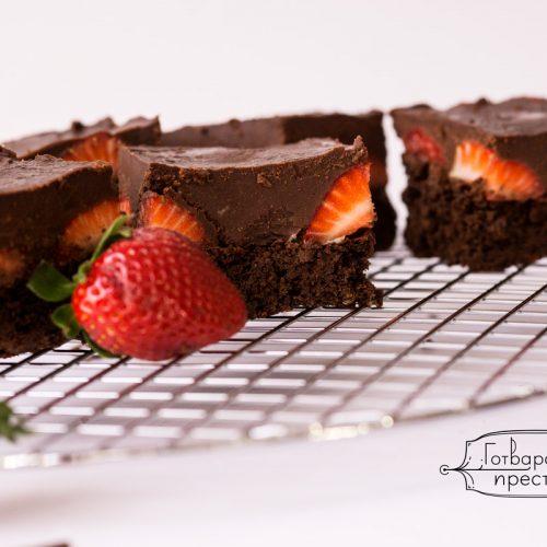 ягодово брауни с шоколадов топинг